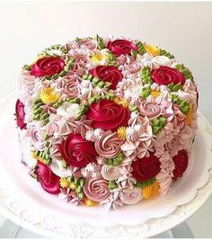 Les plus beaux gâteaux fleuris : un thème jardin avec ce gâteau recouvert de multiples fleurs en glaçage