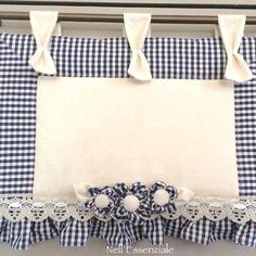 Copri forno quadretti blu con fiori rimovibili Sewing Projects, Boutique, Shabby, Handmade, Vintage, Blue, Embellishments, Scrappy Quilts, Hand Crafts