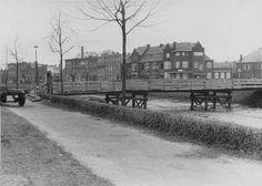 De St. Ignatiusbrug eind oktober 1944. De brug, die de verbinding vormde tussen de Nassausingel en de Wilhelminasingel, was een houten voet/fietsbrug en raakte zwaar beschadigd tijdens de bevrijding van Breda. In 1954 verdween deze brug en werd vervangen door de huidige Nassaubrug. Fotograaf onbekend.