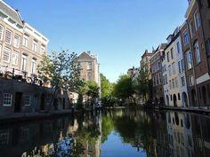 Bezoek Utrecht: Oudegracht met links de Lichte en Donkere Gaard en rechts de achterzijde van de Lijnmarkt.