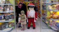 Mira estos singulares Papá Noel celebrando Navidad en el mundo En un centro comercial de Teherán hasta los muñecos de Lego se pusieron traje de Papá Noel. (Foto: Reuters)