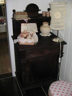 antieke wastafel met zelf gehaakte lampekap Vintage Farm, Norway, Nightstand, Table, Blog, Furniture, Home Decor, Vintage Farmhouse, Decoration Home