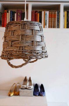 lampara original hecha de un canasto viejo, ideal para el jardin o bajo techo!