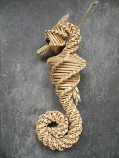 Arts And Crafts Magazine Refferal: 5058606803 Straw Weaving, Paper Weaving, Weaving Art, Basket Weaving, Newspaper Basket, Newspaper Crafts, Corn Dolly, Straw Crafts, Diy And Crafts