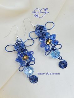 orecchini realizzati con tecnica wire, con filo di alluminio color bluette e perle di vetro sfaccettate azzurre e blu