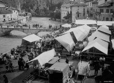 Il mercato lungo il fiume Oglio, Cividate Camuno 1938.  Foto: Simone Magnolini.