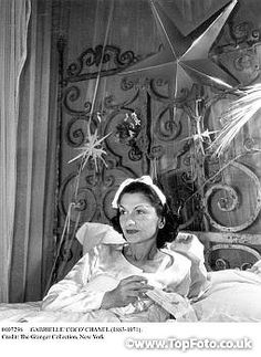 GABRIELLE 'COCO' CHANEL (1883-1971). French fashion designer. Photograph, early 20th century.  via Boom Chappell Chanel Nº 5, Perfume Chanel, Coco Chanel Fashion, Mode Chanel, Chanel Brand, Chanel Designer, Vintage Chanel, Chanel Style, Karl Lagerfeld