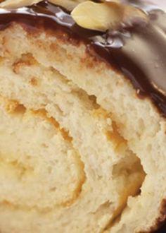 Torta de claras com molho de chocolate