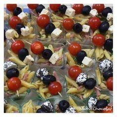 Pour 35 verrines - 500 g de penne piccolini - 300 g d'allumettes de jambon - 35 tomates cerises - 18 billes de mozzarella - 35 olives noires - 1 pot de pesto - 1 bouquet de basilic - huile d'olive & vinaigre - sel et poivre - graines de pavot Faire cuire...