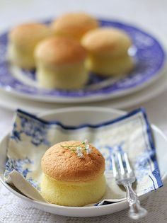 Sponge cakes (清水蛋糕).  Light, fluffy, and perfect.  Missing Asia.  via Little Teochew