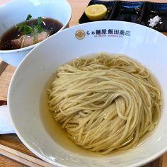 . らぁ麺屋飯田商店@神奈川県足柄下郡湯河原町 . つけ麺 . とにかくすごかった。昆布水に浸かったつけ麺の経験値は少なめではあるけど、これを超える一杯があるのかと思わせるほど、食べる手を止めさせない。昆布水の意義がようやく理解出来てきた感じ。(ロックンビリーのつけ麺は未) 正に麺が主役。麺を食べさせるとはこういう事だと言うほどの迫力で、それを引き立てるつけダレと昆布水なんだろうなと。さりげに入っている鶏肉や材木メンマも高水準で美味。 今後このタイプのつけ麺を食べる時は相当ハードル上がってしまいそう。手書きのつけ麺指南書を見ながら一心不乱に啜るべし。ケンゴさん、頑張ってください♪ . #らぁ麺屋飯田商店 #飯田商店 #RA_YS #IKRG  #ラーメン #らーめん #つけ麺 #つけめん #ramen #拉麺 #ラーメンインスタグラマー  #ラー写  #instafood #ramen #ramennoodles #japanesefoods #湯河原 #湯河原グルメ #神奈川ラーメン #松戸寒い #所用につきKIRIYA断念 #レジェンドA氏もまさかの松戸入り