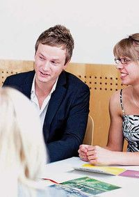 Kreatives Management (MBA)   Hochschule Ansbach Das Programm ist offen für Teilnehmer aus allen Branchen und ermöglicht so wertvolle Netzwerkkontakte. Das erste, fachspezifische Studium, wird gezielt für die Führungskarriere im Unternehmen ergänzt. Die Kombination des beruflichen Direkteinstiegs mit einem berufsbegleitenden, praxisorientierten MBA-Studium wird zum Schlüssel für die eigene Karriere. Praxisorientierung statt theoretische Praxisferne.