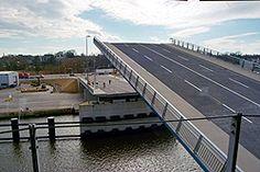 Eric-Warburg-Brücke-Die mehr als 100-jährige Planung der Brücke, angeschoben durch den Lübecker Baudirektor Peter Rehder im 19. Jahrhundert, wurde nach mehrmaligen Rückzügen realisiert. Nach vier Jahren Bauzeit wurde sie am 10. März 2008 vollendet. Die Brücke verbindet den im Nordosten der Altstadt gelegenen Stadtteil St. Gertrud mit dem im Nordwesten der Altstadt gelegenen Stadtteil St. Lorenz-Nord (genauer gesagt die Einsiedelstraße mit der Hafenstraße).