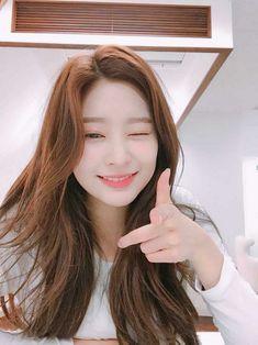 Kpop Girl Groups, Korean Girl Groups, Kpop Girls, Sketch Poses, Yu Jin, Bae Suzy, Girl Inspiration, Kim Min, Pretty And Cute