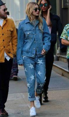"""Look do dia CAPRICHO - Gigi Hadid 09 de Julho de 2015 """" A top atualizou o look total jeans misturando a jaqueta boyfriend lisa com a calça estampada de estrelas. Nem precisou de mais nada! """""""