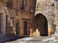 El arco de Arrebatacapas forma parte de la parte más antigua de la muralla de la villa de Atienza. Su nombre se debe al hecho anecdótico de que el viento arrebata las capas a los cofrades de la hermandad cuando lo atraviesan el día de la Caballada. Sí queréis contactar con Guiados, para gestionar visitas a Guadalajara capital o provincia, lo podéis hacer a través del formulario de contacto de la web: www.guiadosenguadalajara.es o ✆ 679 97 65 03.