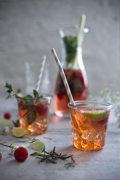 Dieser fruchtige Rhabarber Spritz mit Aperol und selbst gemachtem Rhabarber-Sirup ist ein wunderbares Getränk für den Frühling. Besonderen Zutaten für frühlingshafte Gerichte findest Du in unserem Onlineshop: https://gegessenwirdimmer.de/