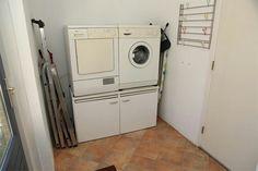 Bijkeuken met aansluiting wasmachine en wasdroger (kunnen tegelijk aan) en toegang tot tuin en garage