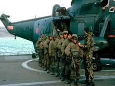 Argentine soldiers are taken aboard HMS Fearless 1982 British Royal Marines, British Soldier, British Army, Falklands War, Military Dictatorship, Parachute Regiment, Army Jobs, British Uniforms, Victory Parade