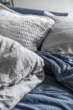 Verschillende texturen en kleuren! © Paulina Arcklin | photoshoot for UNO IMAGE // Bedroom - blue / denim duvet - texture - pillows - grey - THIS.