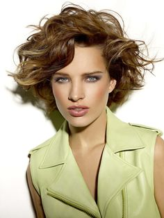 Stylish Short Haircuts for Curly Wavy Hair Got curly hair and looking for the latest curly short haircuts? Here are the images of Stylish Short Haircuts for Curly Wavy Hair that you will love! Stylish Short Haircuts, Bob Haircut With Bangs, Short Curly Haircuts, Layered Bob Hairstyles, Haircut For Thick Hair, Short Wavy Hair, Short Hair With Layers, Modern Haircuts, Short Hairstyles For Women
