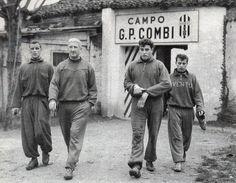 John Charles, l'allenatore Ljubic Brocic, Carlo Mattrel e Gino Stacchini si accingono a disputare l'allenamento quotidiano al Campo Combi nella stagione in cui arriverà la prima stella della Juventus (1957/58).