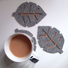 Grey felt and cork Scandinavian style leaf drink coasters. Made using real wool felt. Selling these as a set of 4 in a gift box. Detail may vary very slightly due to handmade nature. If you need a different number please drop me a message. Felt Coasters, Diy Coasters, Wooden Coasters, Laser Cutter Ideas, Laser Cutter Projects, Felt Diy, Felt Crafts, Laser Cut Felt, Felt Leaves