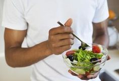Losing weight requires you to consume fewer calories than you expend. Since moderately active women require about 1,800 to 2,200 calories per day to maintain weight, and men require about 2,200 to 2,800 calories per day, meals that contain 250 calories can help you limit your total calorie intake so that you can lose weight. Focus on portion sizes...