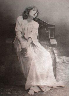 Felix Nadar- Sarah Bernhardt as Lady Macbeth , 1884 Vintage Pictures, Old Pictures, Old Photos, Belle Epoque, Victor Hugo, Lady Macbeth, Cinema, French Photographers, Vintage Photographs