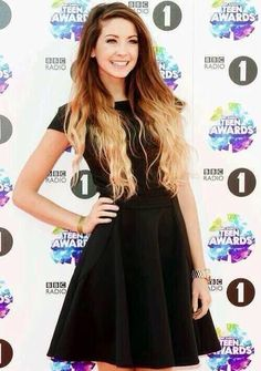Zoella at the teen awards Pretty People, Beautiful People, Cheveux Oranges, Pelo Color Azul, Zoella Hair, Zoella Beauty, Teen Awards, Color Rubio, Marcus Butler
