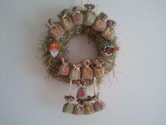 Een krans gemaakt voor aan de voordeur. Sint en zijn pieten kunnen komen. Saints For Kids, Saint Nicolas, Arts And Crafts, Diy Crafts, Decoration, Grapevine Wreath, Dollhouse Miniatures, Christmas Wreaths, December