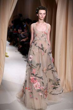 La sfilata d'alta moda di Valentino è un inno all'amore che esalta con versi scritti sugli abiti- Primavera 2015
