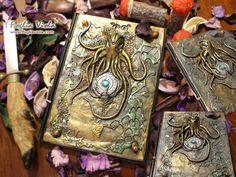 The rise of Cthulhu journal è ispirato al mito del Maestro Lovecraft. Raffigura un sigillo con Turchese fra i tentacoli di un mostro marino incoronato Re degli Abissi. Agli angoli conchiglie; sulla costola la litania su R'lyeh. A5 realizzato su disegno originale Fogliaviola.   #handmade #book #journal #diary #diario #notebook #agenda #sketchbook #cthulhu #lovecraft #horror #kraken #sea #magic #enchanted #esoteric #abyss #rlyeh #fogliaviolastyle