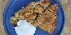 Virkelig nem og lækker æbletærte med kanel og en hurtig smuldredej med havregryn, mel, smør og sukker.