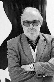 Umberto Lenzi (Massa Marittima, 6 agosto 1931) è un regista, sceneggiatore e scrittore italiano.  È considerato uno dei maestri del film poliziesco all'italiana. Ha infatti diretto titoli divenuti dei film di culto, come Milano odia: la polizia non può sparare, Roma a mano armata e Napoli violenta.  Si è sempre dichiarato anarchico. Tra i suoi maestri, il regista ha sempre messo al primo posto Raoul Walsh e Samuel Fuller.  Nel 2008 ha debuttato nella veste di scrittore di noir.