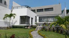 Casa minimalista con alberca y jardín en Cuernavaca, Morelos. Dentro de privada con vigilancia las 24 hrs, 3rac, T 568m2, C230m2 #casaencuernavaca