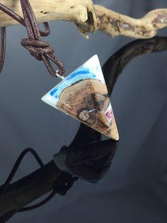 Ein persönlicher Favorit aus meinem Etsy-Shop https://www.etsy.com/de/listing/572207423/triangle-wood-resin-necklacedreieck-holz