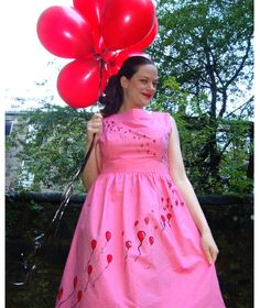 My happy sewing place...: FO: The 99 Luftballoons Dress - I have a plain pale blue dress that I'm considering painting hot air balloons onto.