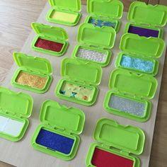 painel sensorial montessori com caixa de lenco umedecido 01 Baby Sensory Play, Sensory Wall, Sensory Boards, Sensory Toys, Baby Play, Sensory Diet, Montessori Baby, Montessori Bedroom, Toddler Learning Activities