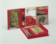 La boîte-en-valise. Mala de couro contendo réplicas em miniatura, fotografias, reproduções coloridas de obras de Duchamp, 1935-41