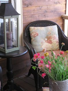 How to Spruce Up Your Porch For Spring: 31 Ideas - Garten Dekoration Front Porch Signs, Front Door Decor, Front Porches, Small Terrace, Summer Door Wreaths, Front Door Design, Floral Pillows, Outdoor Rooms, Outdoor Living