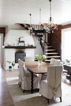 Ruokailutilassa on suuri varaava takka. Decor, Living Room, Furniture, Interior, Home, Dining Table, Scandinavian Interior Design, Interior Design, Rustic Dining Table