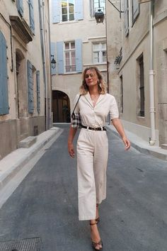 10 Perfect Outfits French Girls Are Prioritizing - - When it comes to style, French women do it best. We've got the lowdown on the best French outfits to shop if you want that stylish look. Outfits Casual, Mode Outfits, Classy Outfits, Elegant Summer Outfits, Ladies Outfits, Glamorous Outfits, Woman Outfits, Look Fashion, Girl Fashion