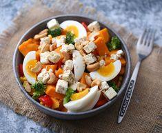 Sunn, vegetarisk og fargerik middag | Oppskrift: (2-3 porsjoner)  1 stor søtpotet  1/2 brokkoli  1/2 paprika  2 ss mais  4 ss fetaost  3 egg  en god neve cashewnøtter  salt og pepper Cobb Salad, Feta, Cheese, Red Peppers