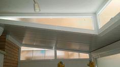 Pergola y cerramiento de carpinteria metalica de aluminio color blanco
