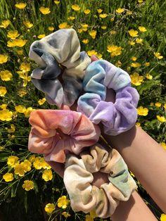 Tie Dye Hair, Hair Ties, Girls Hair Accessories, Diy Accessories, Cabelo Tye Dye, Diy Hair Scrunchies, Tumbrl Girls, Velvet Scrunchie, Accesorios Casual