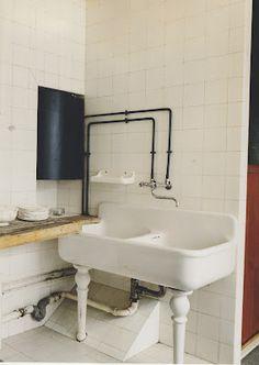 Maison de Verre (House of Glass) Paris Bad Inspiration, Bathroom Inspiration, Vintage Sink, Vintage Kitchen, Old Sink, Vintage Interiors, Vanity Sink, Glass House, Beautiful Bathrooms