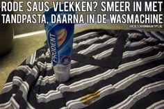 Vlekken van rode saus in de kleding? Smeer de vlekken in met tandpasta en was daarna in de wasmachine.