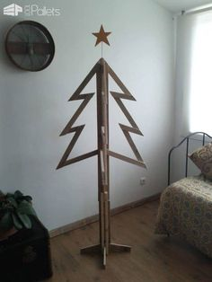 40 Pallet Christmas Trees & Holiday Decorations Ideas Fun Pallet Crafts for Kids Pallet Wood Christmas Tree, Pallet Tree, Real Christmas Tree, Alternative Christmas Tree, Beautiful Christmas Trees, White Christmas, Christmas Tree Decorations, Christmas Ideas, Holiday Ideas