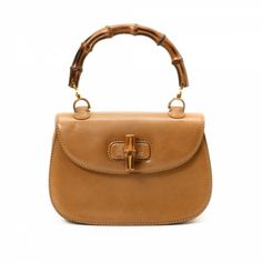 6cf0e24b0308f4 The authenticity of this vintage Gucci Bamboo handbag is guaranteed by  LXRandCo. Crafted in leather, this lovely pocketbook comes in caramel.